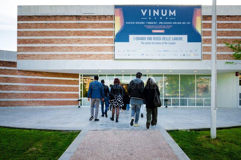 Turistas que vão a Vinum em Alba Piedmont, Itália fotografia de stock