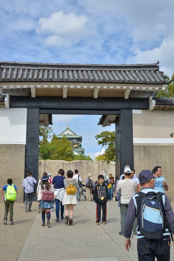 Turistas que viajam em Osaka Castle foto de stock royalty free