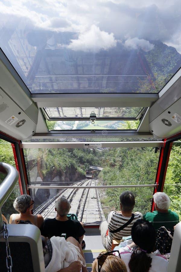 Turistas que viajam no teleférico de interlaken a Kulm mais duro imagem de stock royalty free