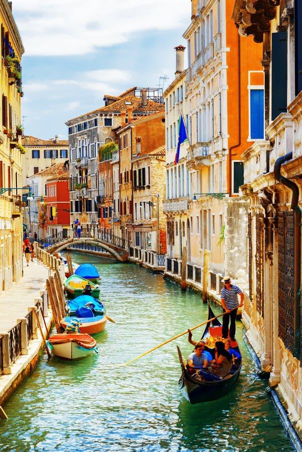 Turistas que viajan en la góndola, Rio Marin Canal, Venecia, Italia imágenes de archivo libres de regalías
