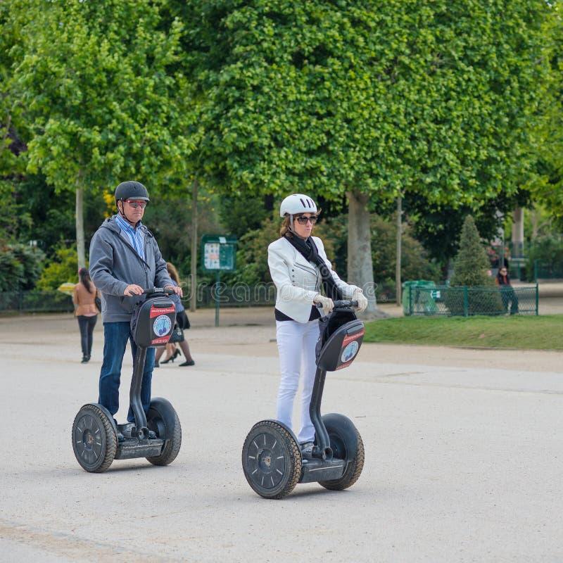 Turistas que visitam a cidade perto da torre Eiffel durante sua excursão guiada de Segway de Paris fotos de stock