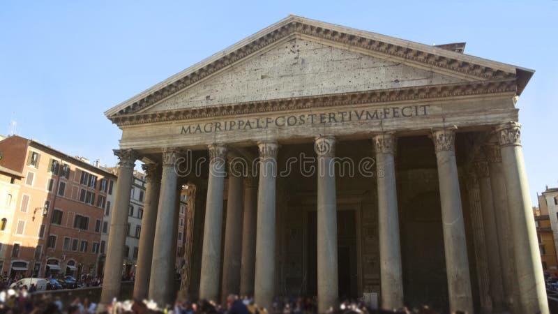 Turistas que visitam a igreja antiga do panteão em Roma, lugar famoso em Itália imagens de stock