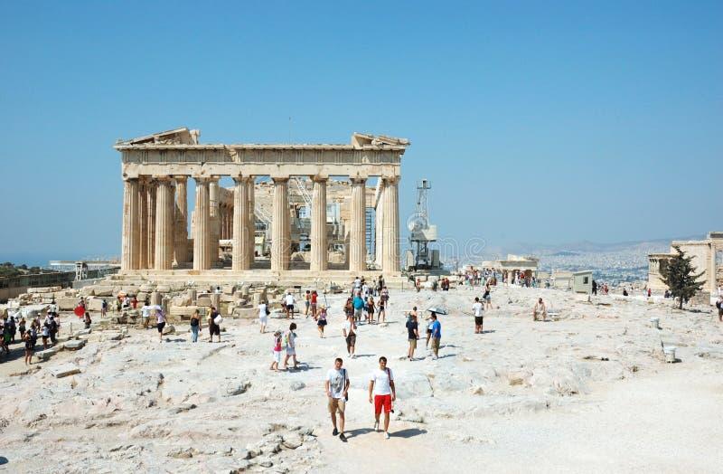 Turistas que visitam o Acropolis - templo do Parthenon imagem de stock royalty free