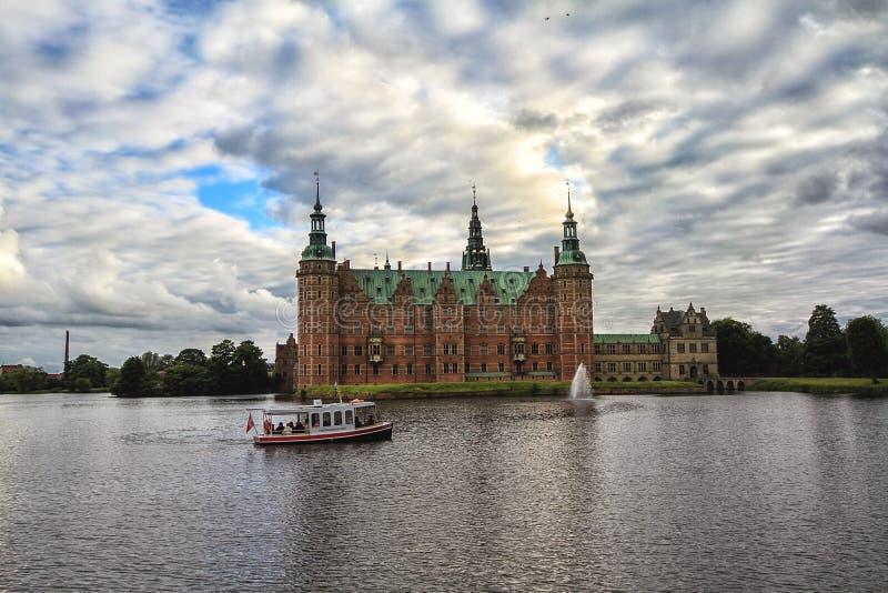 Turistas que visitam o palácio de Frederiksborg no barco de prazer, Dinamarca fotos de stock