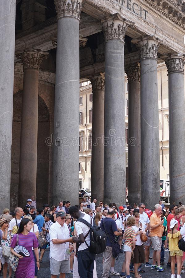 Turistas que visitam o panteão em Roma foto de stock royalty free
