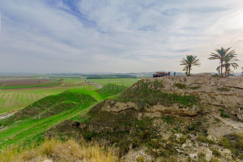 Turistas que visitam o parque nacional do telefone Megiddo fotografia de stock