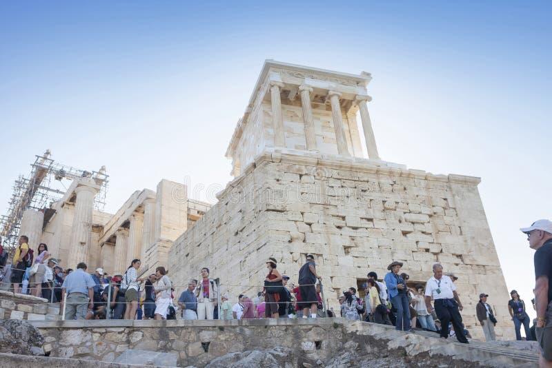 Turistas que visitam o templo de Athena Nike fotos de stock