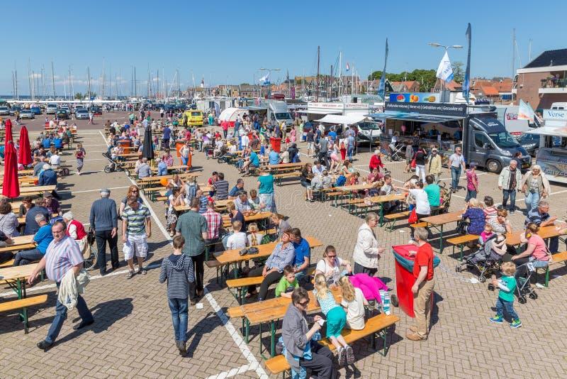 Turistas que visitam os dias de pesca de Urk, os Países Baixos fotos de stock