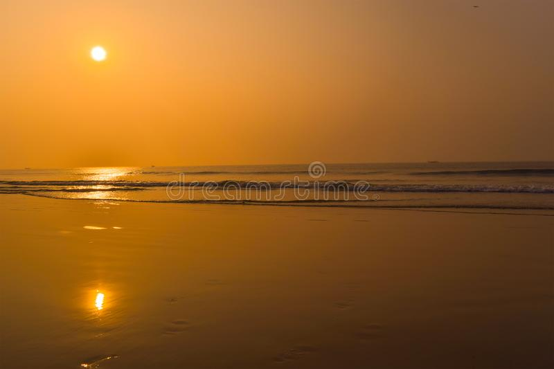 Turistas que visitam a praia de Puri foto de stock