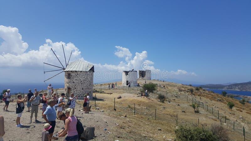 Turistas que visitam ruínas de moinhos de vento velhos em Bodrum, Turquia fotografia de stock
