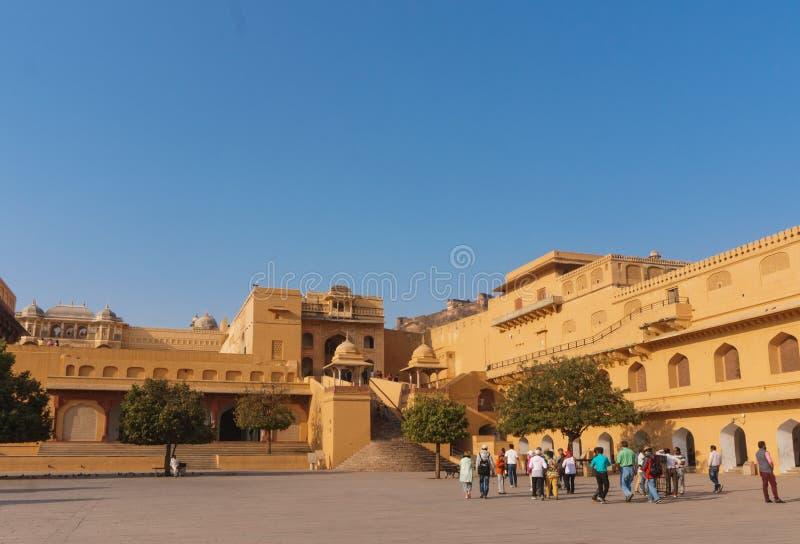 Turistas que visitan a Amber Fort interior en Jaipur, la India fotos de archivo