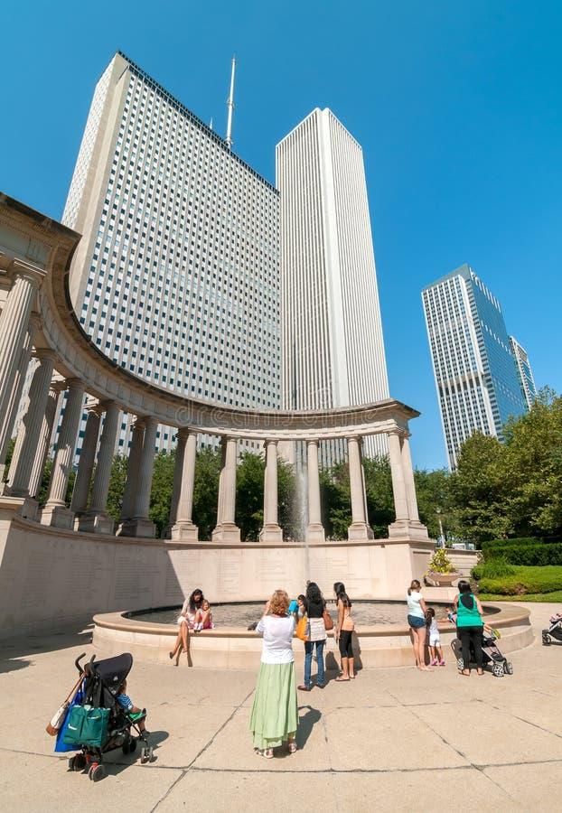 Turistas que visitan el cuadrado de Wrigley y el monumento del milenio en el centro de la ciudad de Chicago foto de archivo libre de regalías