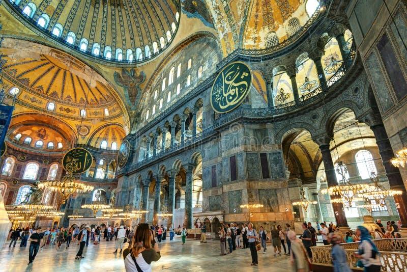 Turistas que visitan el Hagia Sophia en Estambul, Turquía foto de archivo libre de regalías