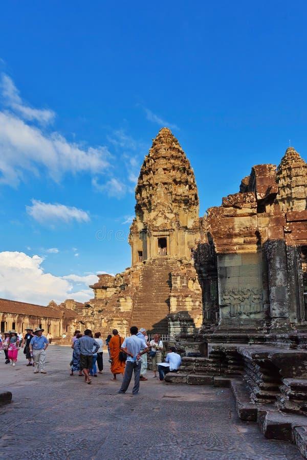 Turistas que visitan el templo de Angkor Wat fotos de archivo libres de regalías