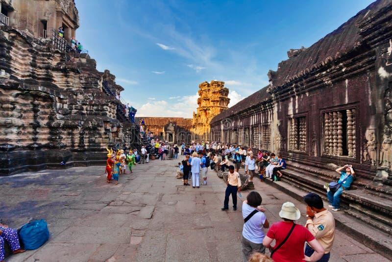 Turistas que visitan el templo de Angkor Wat imágenes de archivo libres de regalías