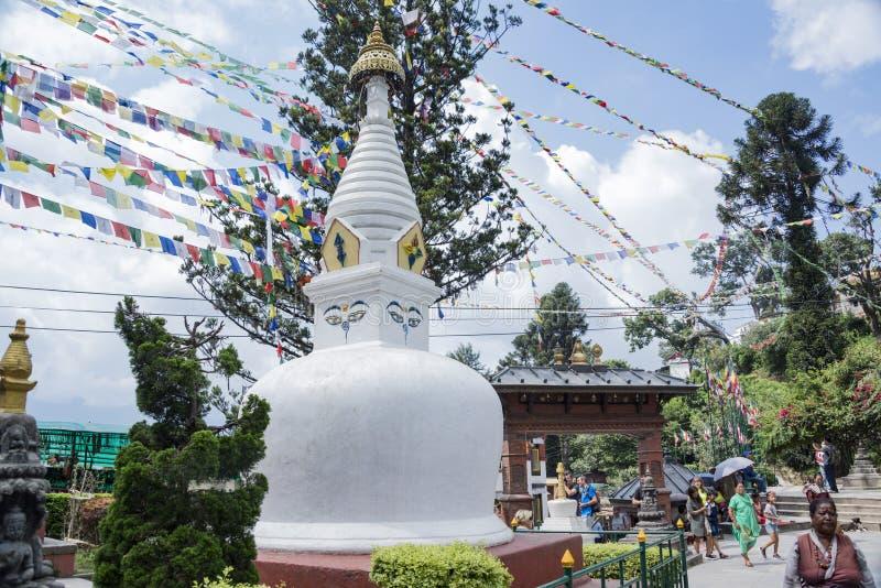 Turistas que visitan el templo popular de Swayambhunath, también conocido como el templo del mono en Kathmandi, Nepal fotografía de archivo libre de regalías