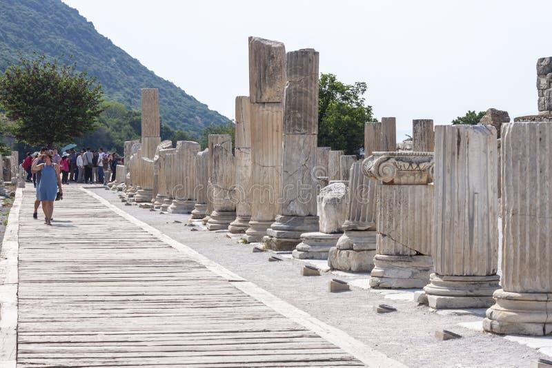Turistas que visitan ephesus imagen de archivo