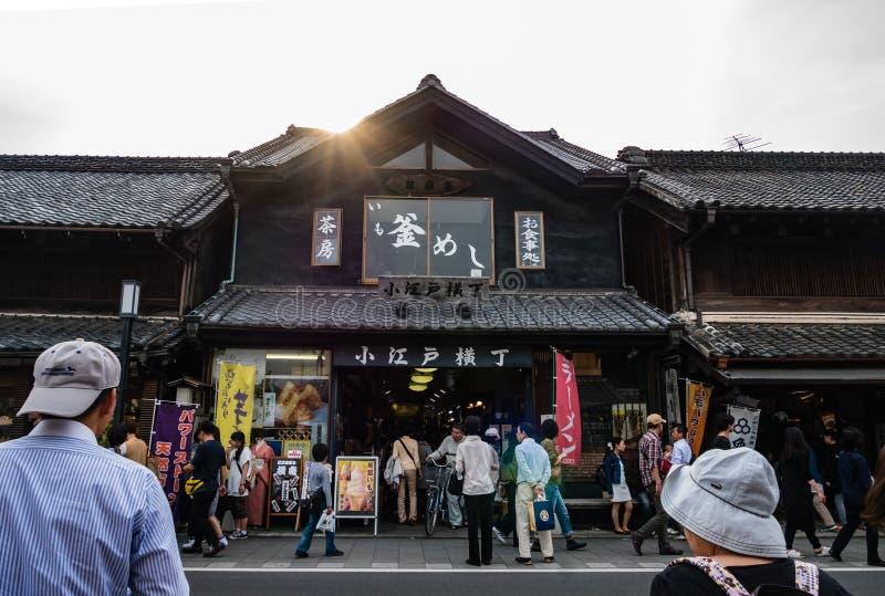 Turistas que visitan la ciudad de Kawagoe imagen de archivo