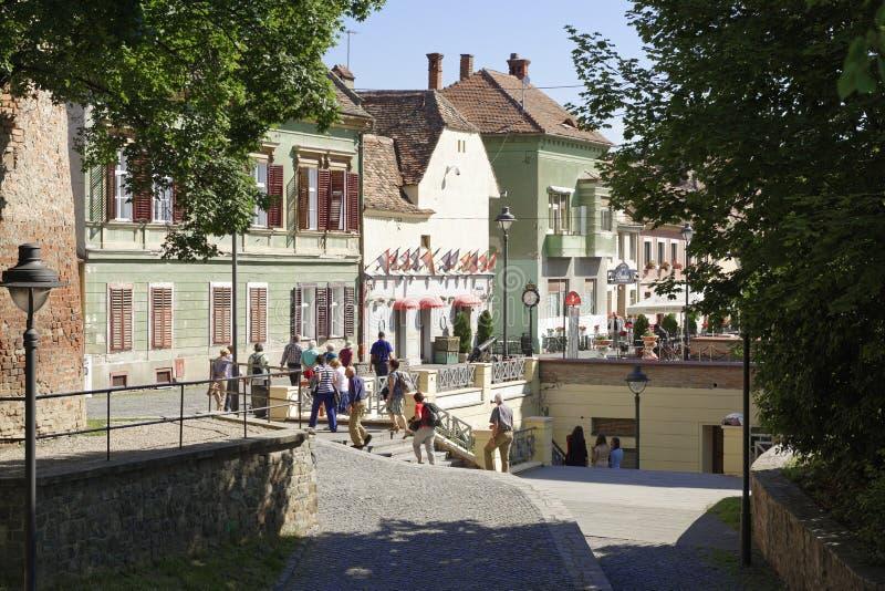 Turistas que visitan la ciudad vieja Sibiu Rumania fotos de archivo