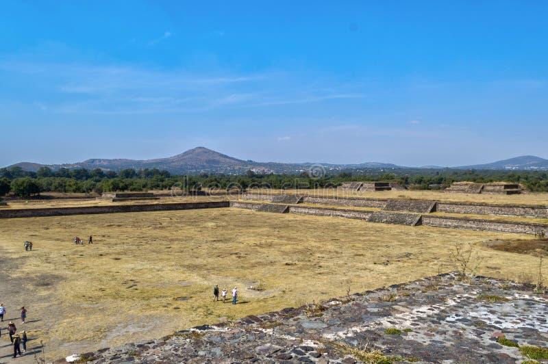 Turistas que visitan la pirámide de la serpiente emplumada en Teotihuacan fotos de archivo libres de regalías
