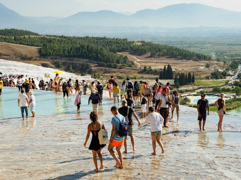 Turistas que visitan los tranvertines o el castillo del algodón, Turquía de Pamukkale imagen de archivo