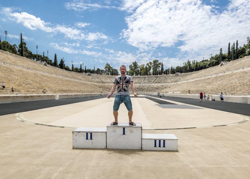 Turistas são fotografados no pódio no estádio do Panathenaic foto de stock royalty free