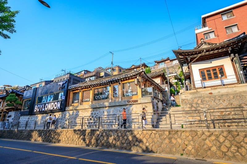 Turistas sin título y muchas tiendas en la calle de Samcheong Dong en Ju fotografía de archivo