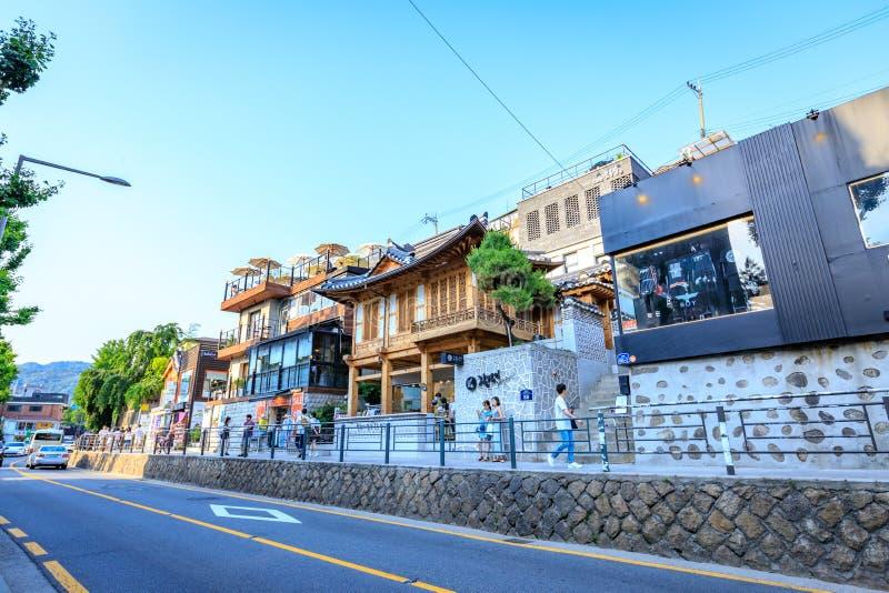 Turistas sin título y muchas tiendas en la calle de Samcheong Dong en Ju imágenes de archivo libres de regalías