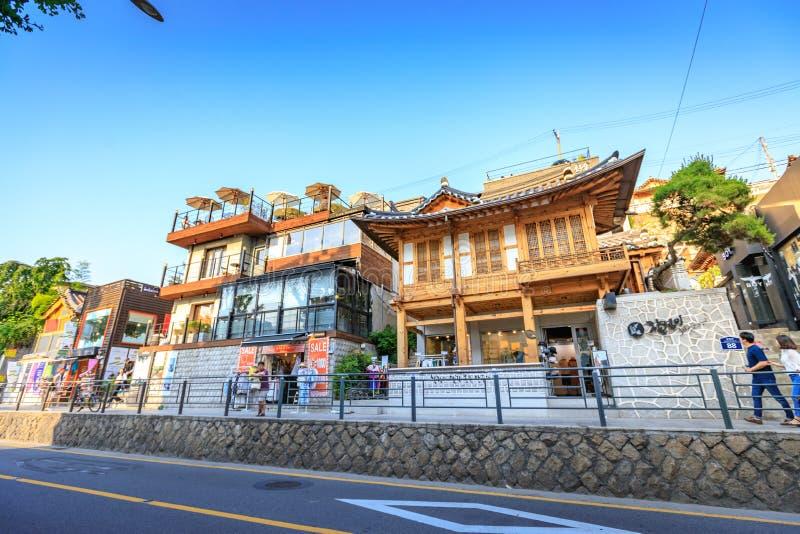 Turistas sin título y muchas tiendas en la calle de Samcheong Dong en Ju imagen de archivo