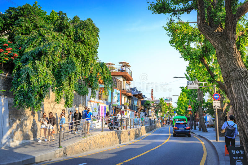Turistas sin título y muchas tiendas en la calle de Samcheong Dong en Ju fotografía de archivo libre de regalías