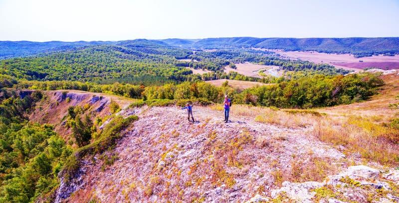 Turistas sobre um monte rochoso fotografia de stock