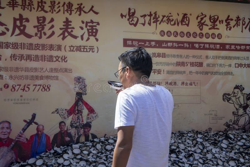 Turistas supersticiosos que despedaçam copos no valor intangível de Yongxingfang imagem de stock royalty free