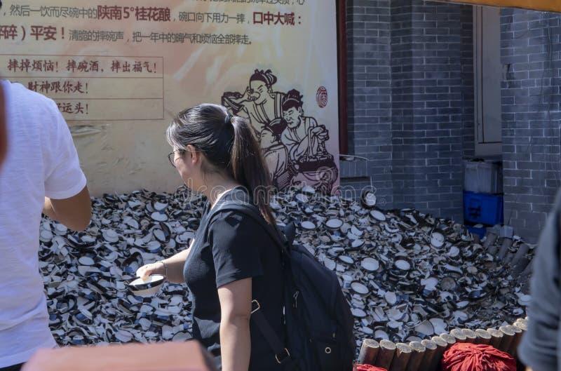 Turistas supersticiosos que despedaçam copos no valor intangível de Yongxingfang fotos de stock royalty free