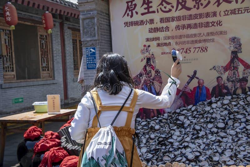 Turistas supersticiosos que despedaçam copos no valor intangível de Yongxingfang fotografia de stock royalty free