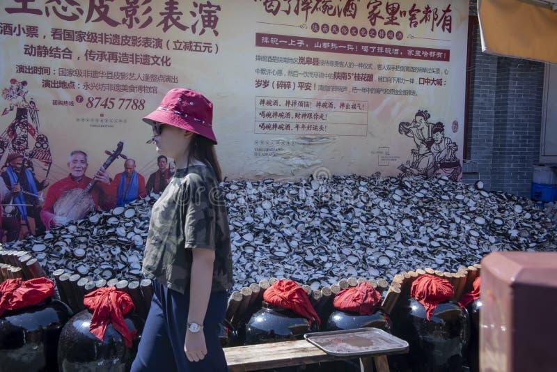 Turistas supersticiosos que despedaçam copos no valor intangível de Yongxingfang imagem de stock