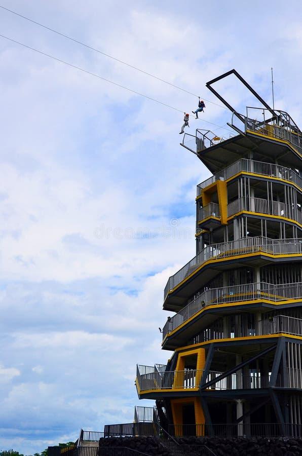 Turistas viajando en la torre de aventura zipline en la Plantación Choui Fong Tea, Chiang Rai, Tailandia imágenes de archivo libres de regalías