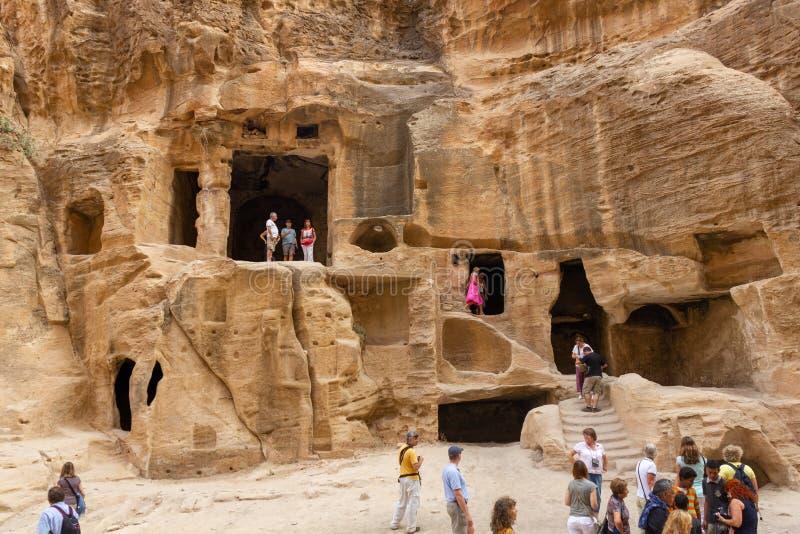 Turistas visitando Little Petra en Jordania foto de archivo libre de regalías