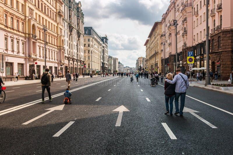 Turistas y ciudadanos que caminan en la calle Tverskaya fotografía de archivo libre de regalías