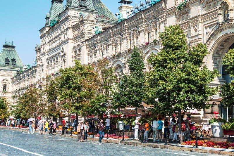 Turistas y compradores que caminan alrededor de GOMA en Moscú imagen de archivo