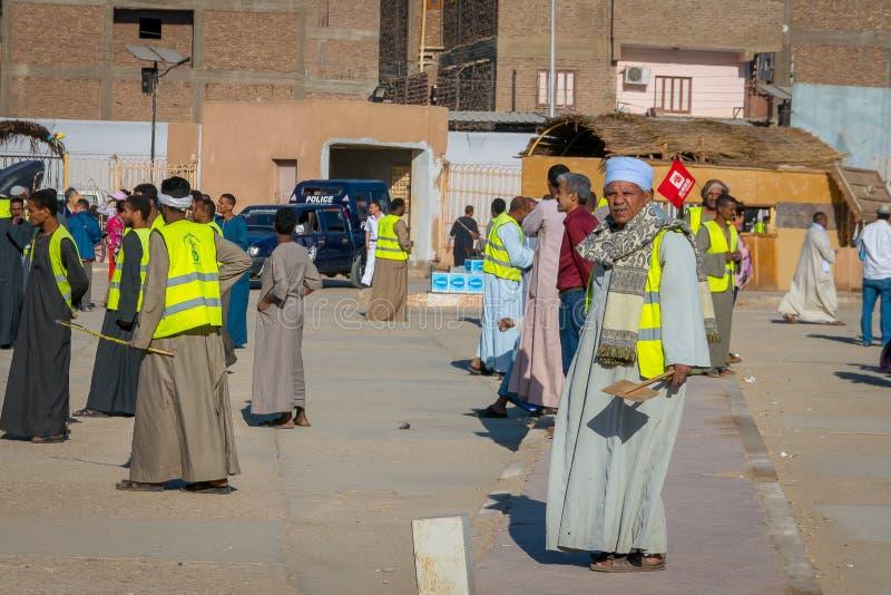 Turistas y conductores de carros al templo de Edfu Egipto abril de 2019 imagen de archivo libre de regalías