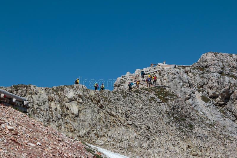 Turistas y escaladores que caminan en la trayectoria de piedra entre Mountai estéril fotografía de archivo libre de regalías