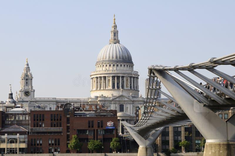 Turistas y gente en el puente del río de Thames fotografía de archivo libre de regalías