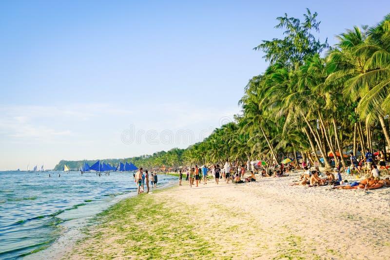 Turistas y vida cotidiana en la playa de Boracay foto de archivo
