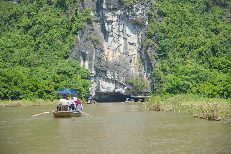 Turistasia resande i fartyg längs naturen floden royaltyfri fotografi