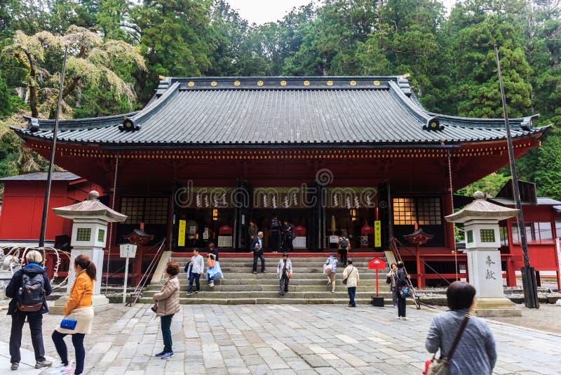 Turistbesök av den Nikko Futarasan relikskrin en UNESCOvärldsheri royaltyfria foton
