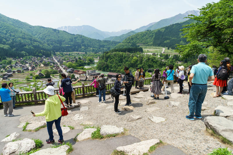 Turistbesöksynvinkeln av den gamla byn Shirakawa-går, Japan royaltyfri foto