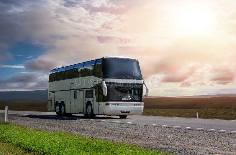 turistbuss transporterar passagerare längs ett landskap royaltyfria foton