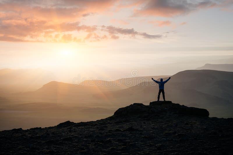 Turisten äventyrar i bergen av Island arkivbilder
