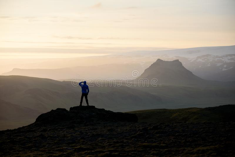 Turisten beskådar de majestätiska sikterna i Island fotografering för bildbyråer