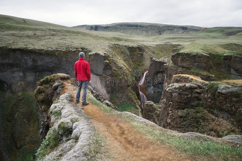 Turisten beskådar kanjonen i Island royaltyfri foto
